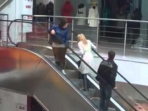 Blondinė ant eskalatoriaus